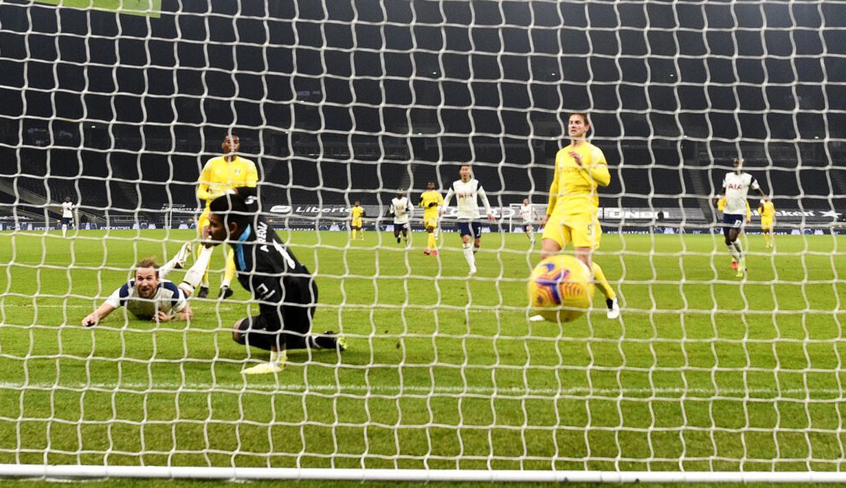 Pemain Tottenham Hotspur Harry Kane (kiri) mencetak gol ke gawang Fulham pada pertandingan Liga Inggris di Stadion Tottenham Hotspur, London, Inggris, Rabu (13/1/2021). Pertandingan berakhir dengan skor 1-1. (Shaun Botterill/Pool via AP)