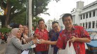Warga Tionghoa bagi-bagi takjil di Medan (Istimewa)