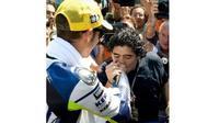 Maradona mencium tangan Valentino Rossi. (Instagram @valeyellow)