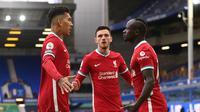 Pemain Liverpool, Sadio Mane (kanan), merayakan gol bersama rekan-rekannya pada laga melawan Everton di Liga Inggris, Sabtu (17/10/2020). (LAURENCE GRIFFITHS / POOL / AFP)