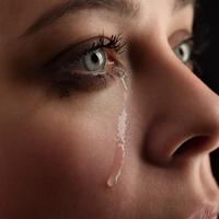 Pada situasi emosional atau tertekan, kelebihan air mata tidak dapat dibuang cukup cepat melalui saluran air mata dan menggulir ke bawah, ke pipi. (iStockphoto)