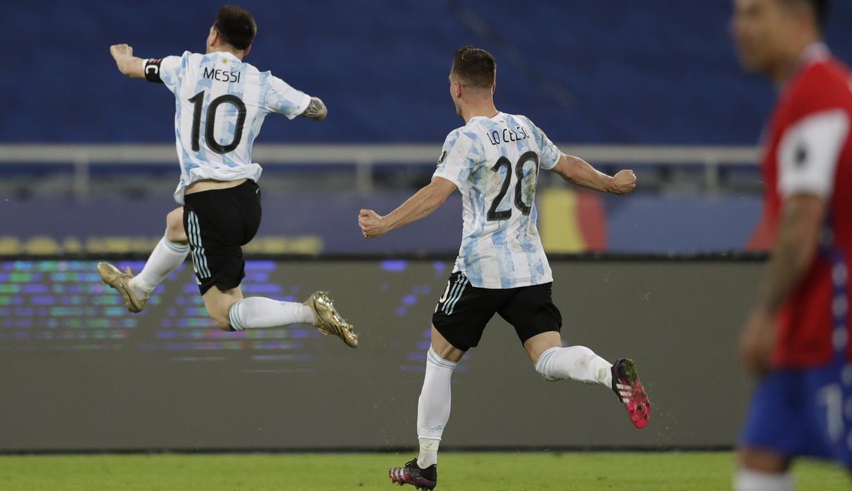 Penyerang Argentina, Lionel Messi (kiri) berselebrasi usai mencetak gol ke gawang Chile pada pertandingan Grup A Copa America 2021 di Stadion Nilton Santos, Brasil, Selasa (15/6/2021). Argentina bermain imbang atas Chile 1-1. (AP Photo/Silvia Izquierdo)