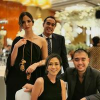 Nia Ramadhani memakai kalung emas berbentuk wayang jadi perbincangan warganet (Dok.Instagram/@ramadhaniabakrie/https://www.instagram.com/p/B55T2eTApI7/Komarudin)