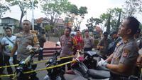 KApolres Baru AKBP Dede Yudi Ferdiansah, tengah mengecek kendaraan hasil curian yang dijual via medsos Facebook di Garut (Liputan6.com/Jayadi Supriadian)