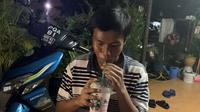 Pria Traktir Temannya yang Belum Pernah Minum di Starbucks. (dok.Twitter @izzubanana/https://twitter.com/izzubanana/status/1270874264325902337/Henry)