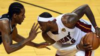 Kawhi Leonard beradu dengan LeBron James (AFP/Timothy A Clary)