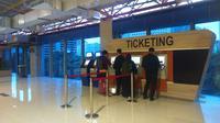 Petugas Stasiun Sudirman Baru (BNI City) melayani calon penumpang kereta Bandara Soekarno Hatta. (Liputan6.com/Maulandy)