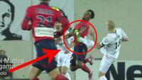 Video pelanggaran pemain sepak bola dengan tendangan kung fu dari Lionel Mathis gelandang Guingamp di ganjar kartu merah.