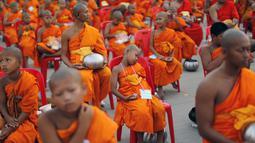 Seorang Biksu Buddha tertidur di kursi saat menunggu acara penerimaan sedekah di kuil Wat Phra Dhammakaya, Bangkok, Thailand, (22/4). Kegiatan ini juga sebagai penasbihan para bhikkhu dan samanera atau calon Biksu. (REUTERS / Jorge Silva)