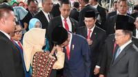 Presiden Jokowi menyalami tangan serta mencium pipi kanan dan kiri Sudjiatmi usai dilantik jadi presiden di gedung MPR-DPR-DPD, Jakarta, Minggu (20/10/2019). (Biro Pers Sekretariat Presiden).