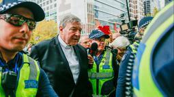 Tokoh Katolik Australia, Kardinal George Pell saat akan menjalani sidang dugaan pelecehan seksual di Melbourne, Rabu (2/4). Peradilan dilangsungkan di Melbourne Magistrate Court. (AP Photo/Asanka Brendon Ratnayake)
