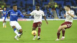 Pemain Everton, Alex Iwobi, berebut bola dengan pemain Arsenal, Bukayo Saka, pada laga Liga Inggris di Stadion Goodison Park, Minggu (20/12/2020). Everton menang 2-1 atas Arsenal. (Peter Powell/Pool via AP)