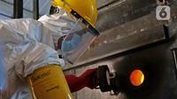 Petugas melakukan proses pembakaran limbah medis ke dalam incinerator di RSCM Jakarta, Jumat (26/6/2020). Menteri Lingkungan Hidup, Siti Nurbaya Bakar menyebutkan volume limbah medis infeksius di seluruh Indonesia hingga 8 Juni 2020 mencapai lebih dari 1.100 ton. (Liputan6.com/Herman Zakharia)