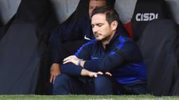 Pelatih Chelsea, Frank Lampard, tampak kecewa usai ditaklukkan Sheffield United pada laga Premier League di Stadion Bramall Lane, Sabtu (11/7/2020). Chelsea kalah tiga gol tanpa balas. (Peter Powell/Pool via AP)