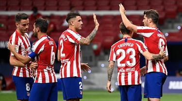 Pemain Atletico Madrid merayakan gol yang dicetak Alvaro Morata ke gawang Mallorca pada laga lanjutan La Liga di Wanda Metropolitano, Sabtu (4/7/2020) dini hari WIB. Atletico Madrid menang 3-0 atas Mallorca. (AFP/Pierre-Philippe Marcou)