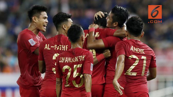 Para pemain Timnas Indonesia merayakan gol yang dicetak Zulfiandi ke gawang Thailand pada laga Piala AFF 2018 di Stadion Rajamangala, Bangkok, Sabtu (17/11). Thailand menang 4-2 dari Indonesia. (Bola.com/M. Iqbal Ichsan)