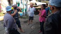Gugus Tugas Covid-19 Kota Manado bersama aparat kepolisian berkomunikasi dengan pihak keluarga untuk mengevakuasi pasien Covid-19.