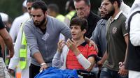 Zaed Mustafa menghadiri pemakaman ayah dan saudara laki-lakinya yang meninggal dalam penembakan masjid di Memorial Park Cemetery, Christchurch, Selandia Baru, Rabu (20/3). (AP Photo/Mark Baker)