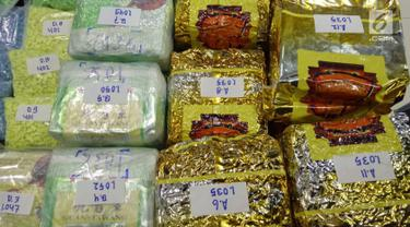 Barang bukti narkoba jenis sabu dan ekstasi yang disita oleh Badan Narkotika Nasional (BNN) dalam upaya penyelundupan di wilayah Dumai, Riau, Jumat (17/5/2019). Petugas BNN menyita 50 bungkus narkoba jenis sabu dan ekstasi yg disembunyikan dalam empat jeriken. (Liputan6.com/HO/Tim BNN)