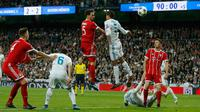 Pemain Bayern Munchen berebut bola dengan pemain Real Madrid saat pertandingan semifinal Liga Champions di stadion Santiago Bernabeu, Spanyol (1/5). Dengan hasil agregat 4-3 ini Real Madrid melaju ke Final Liga Champions. (AP/Paul White)