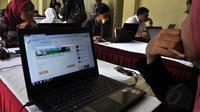 Salah satu peserta tes CPNS melakukan simulasi sistem tes seleksi CPNS berbasis online di Jakarta, (20/8/2014). (Liputan6.com/Miftahul Hayat)