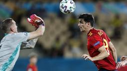 Kiper Swedia, Robin Olsen berusaha menghalau bola sundulan penyerang Spanyol, Gerard Moreno pada pertandingan grup E Euro 2020 di stadion La Cartuja di Seville, Spanyol, Senin (14/6/2021). Spanyol bermain imbang atas Swedia 0-0. (Jose Manuel Vidal/Pool via AP)
