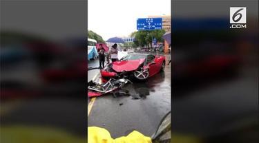 Sebuah mobil Ferrari kehilangan kendali dan menabrak mobil lain dari arah berlawanan. Dua orang pengemudi mengalami luka ringan akibat insiden ini.