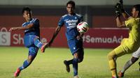 Winger Persib Bandung, Febri Hariyadi (kiri) merupakan salah satu pemain muda lokal termahal dengan harga pasaran sebesar Rp5,65 miliar. Nilai pasar Febri masih berpeluang meningkat mengingat usianya terbilang muda. Pemain berkaki kidal itu baru berumur 24 tahun. (Foto: Bola.com/Ikhwan Yanuar)