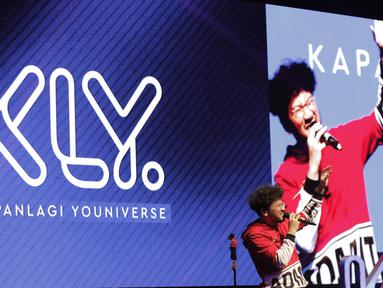 Musisi Kunto Aji meriahkan XYZ Day 2018 di The Hall Senayan City, Jakarta Pusat pada Rabu (25/4/2018). Acara XYZ Day juga merupakan ajang perkenalan KapanLagi Youniverse. (Bola.com/M Iqbal Ichsan)