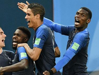 Para pemain Prancis merayakan gol yang dicetak oleh Samuel Umtiti ke gawang Belgia pada laga semifinal Piala Dunia di Stadion St Petersburg, Selasa (10/7/2018). Prancis menang 1-0 atas Belgia. (AP/Martin Meissner)