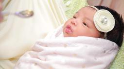 Di awal masa kelahirannya, wajah anak Siti dan Datu Seri Khalid memang tak diperlihatkan di depan umum. Namun sekarang, mereka sudah bersedia untuk berbagi kebahagiaan di media sosial. (Instagram/ctdk)