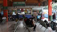 Suasana ruang tunggu keberangkatan di area Terminal Kampung Rambutan Jakarta, Senin (30/3/2020). Pemerintah sedang menyiapkan peraturan terkait mudik lebaran 2020 untuk mengurangi mobilitas penduduk dalam upaya pencegahan penyebaran virus Corona COVID-19. (Liputan6.com/Helmi Fithriansyah)