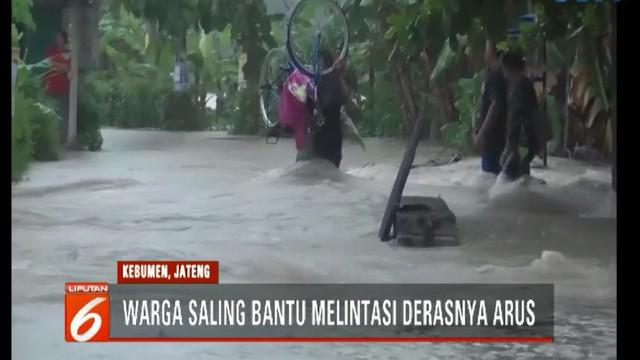 Derasnya arus air memaksa warga yang hendak melintas, termasuk para pengendara motor, mengurungkan niat.