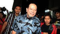 Wakil Ketua Umum PSSI La Nyalla Mattaliti berjalan pulang usai mendatangi Komisi Pemberantasan Korupsi (KPK), Jakarta, Rabu (11/3/2015). Penyelidikan terkait pemenangan tender Proyek pembangunan rumah sakit di Jawa Timur. (Liputan6.com/Helmi Afandi)