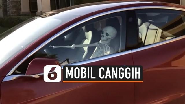 Sebuah mobil melaju dengan 'dikendarai' kerangka manusia di Philadelphia Amerika Serikat. Mobil bisa bergerak dan parkir sendiri berkat kecanggihan perangkat lunak yang tertanam di dalamnya.