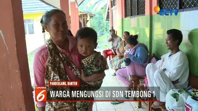 Korban selamat bencana tsunami di Banten harus berupaya mempertahankan hidup. Cuaca buruk di kawasan Anyer memaksa warga mengungsi ke tempat seadanya.