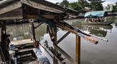 Lalu-lalang perahu eretan saat menyeberangkan warga di Kali Sunter, Rawa Badak, Jakarta, Rabu (20/1/2021). Hendi (40), salah satu penarik perahu eretan di Rawa Badak mengaku jasa transportasi alternatif ini masih diminati warga untuk menunjang aktivitas sehari-hari. (merdeka.com/Iqbal S. Nugroho)