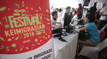 Sejumlah warga menjalani proses wawancara pembuatan paspor dalam acara Festival Keimigrasian di Lapangan Barat Daya Monas, Jakarta, Minggu (21/1). Kegiatan ini dalam rangka menyambut HUT Imigrasi pada 26 Januari 2018 nanti. (Liputan6.com/Arya Manggala)