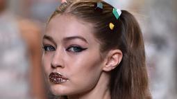 Penampilan Gigi Hadid saat membawakan busana karya rumah mode Fendi Spring/Summer 2017 pada ajang peragaan busana wanita Milan Fashion Week 2017 di Milan, Italia, (21/9). (AFP Photo/Giuseppe Cacace)