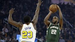 Pebasket Milwaukee Bucks, Khris Middleton, berusaha memasukkan bola saat melawan Golden State Warriors pada laga NBA di Chase Center, Rabu (8/1/2020). Milwaukee Bucks menang 107-98 atas Warriors. (AP/Ben Margot)
