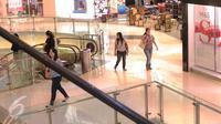 Sejumlah pengunjung tetap berbelanja dan beraktivitas seperti biasa di Mal Grand Indonesia, Jakarta, Jumat (15/1/2016). Pasca serangan teroris yang terjadi di Kawasan Thamrin tidak berdampak besar pada pusat perbelanjaan. (Liputan6.com/Angga Yuniar)