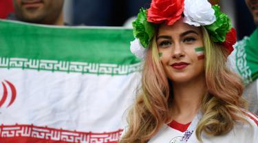 Suporter Iran saat menghadiri pertandingan antara Maroko dan Iran dalam Piala Dunia 2018 di Stadion Saint Petersburg, Saint Petersburg, Rusia, Jumat (15/6). (Christophe Simon/AFP)