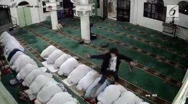 Seorang pria nekat mencuri dengan memanfaatkan momentum salat Subuh berjemaah di masjid di Pasir Mas, Kelantan. Aksinya pun terekam  CCTV
