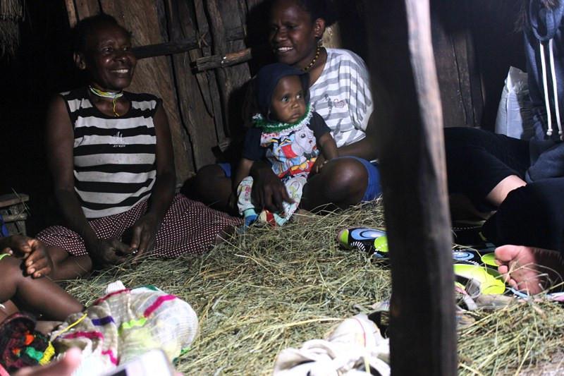 Berbincang dengan penduduk setempat di dalam honai beralaskan jerami. (Foto: Liputan6.com/Fitri Haryanti Harsono)