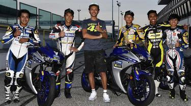 Didampingi Valentino Rossi, dua pebalap Indonesia, Galang Hendra Pratama dan Imanuel Putra Pratna, melanjutkan latihannya di Sirkuit Misano.