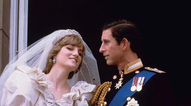 Putri Diana dan Pangeran Charles saat berada di balkon Istana Buckingham di hari pernikahan mereka tahun 1981