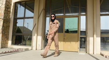 Niloofar Rahmani (24) saat berada di pangkalan Angkatan Udara Afghanistan di Kabul. Pilot perempuan pertama di angkatan udara Afghanistan  tersebut meminta suaka ke Amerika Serikat (AS). (AFP PHOTO/SHAH Marai)