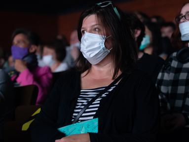 Sejumlah penonton yang mengenakan masker menunggu pertunjukan dimulai di sebuah teater di Moskow, Rusia, pada 3 September 2020. Teater-teater di Moskow membuka kembali musim pertunjukan setelah ditutup selama beberapa bulan akibat pandemi COVID-19. (Xinhua/Alexander Zemlianichenko Jr)