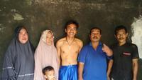Sosok Pemuda Sukabumi Bercelana Pendek Biru Mengejar Presiden Jokowi. (Liputan6.com/Mulvi Mohammad)