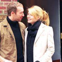 Tak ada keluarga yang diundang saat pernikahan Chris Martin dan Gwyneth Paltrow di Santa Barbara pada 5 Desember 2003 lalu. Saat itu, Gwyneth tengah hamil anak pertama. (USWeekly/Val Malone/WireImage)